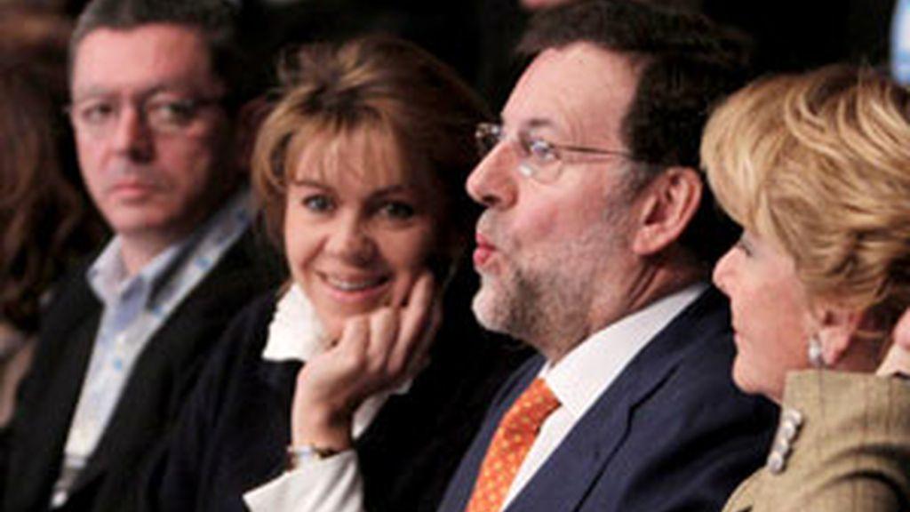 Los principales dirigentes del PP madrileño, junto al presidente popular, Mariano Rajoy en el Foro del partido que se celebra en Madrid este fin de semana. Foto: EFE