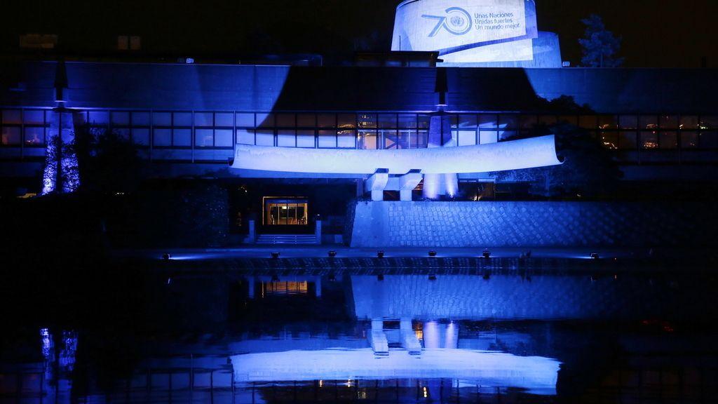 Sede de la Comisión Económica para América Latina y el Caribe iluminada de azul (Chile)