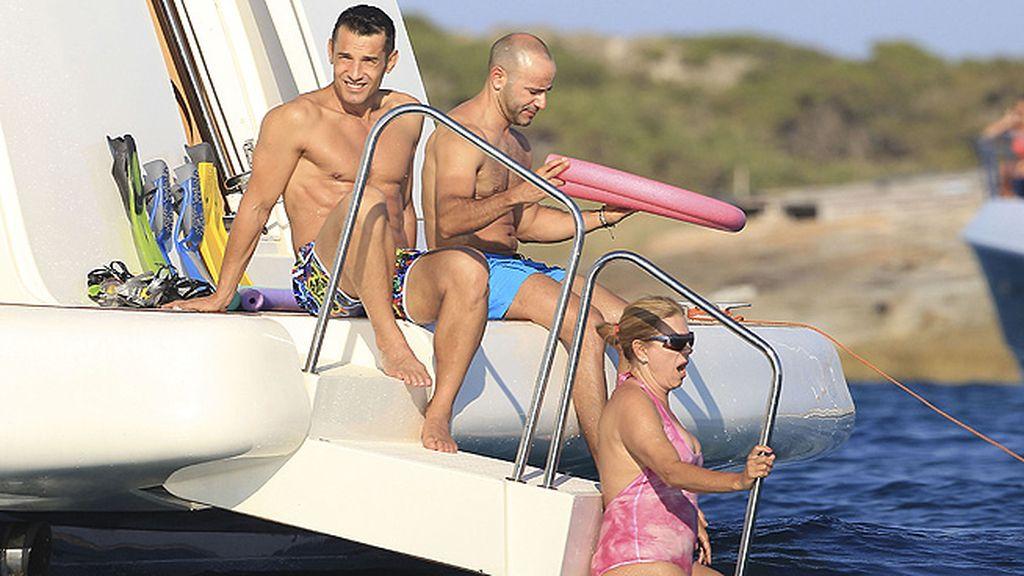 La pareja lució cuerpazo y complicidad sobre la cubierta de un barco