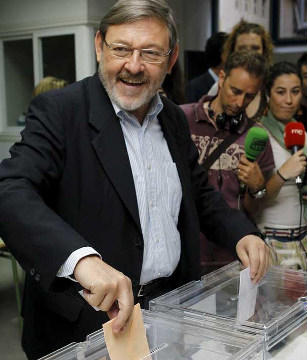 Lissavetzky muy sonriente deposita su voto