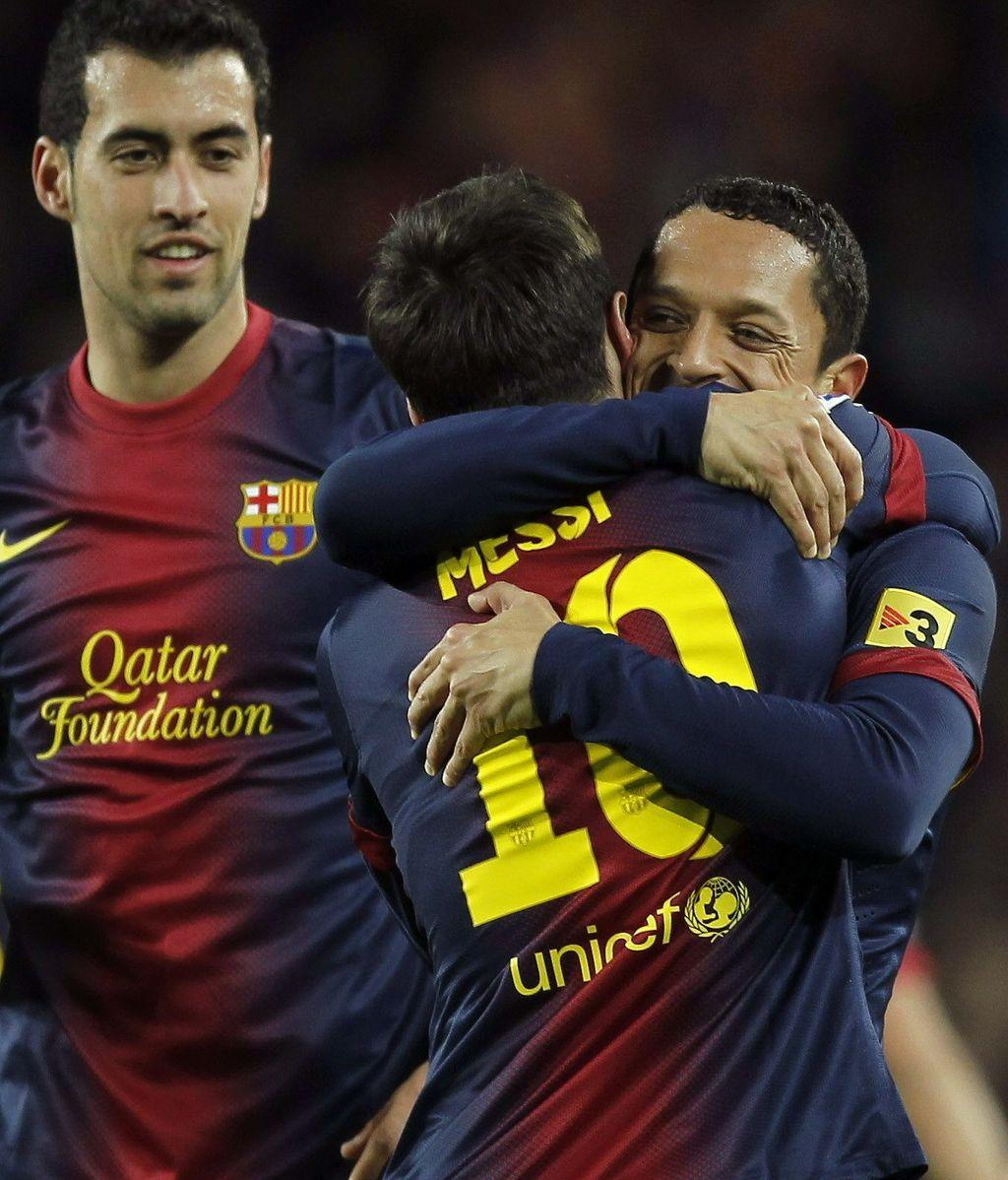 El delantero argentino del FC Barcelona, Leo Messi (c), celebra su gol, tercero de su equipo, consus compañeros, el brasileño Adriano Correia (d) y Sergio Busquets