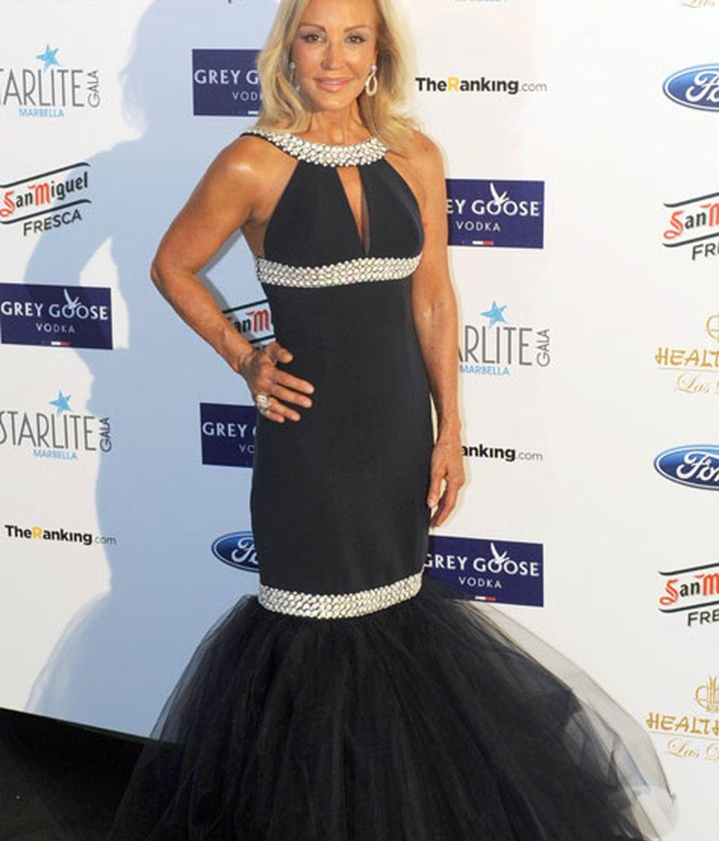 Carmen Lomana eligió un vestido negro con detalles brillantes