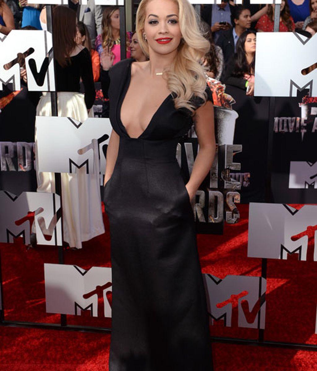 Rita Ora, con un vestido largo negro, de Barbara Casasola