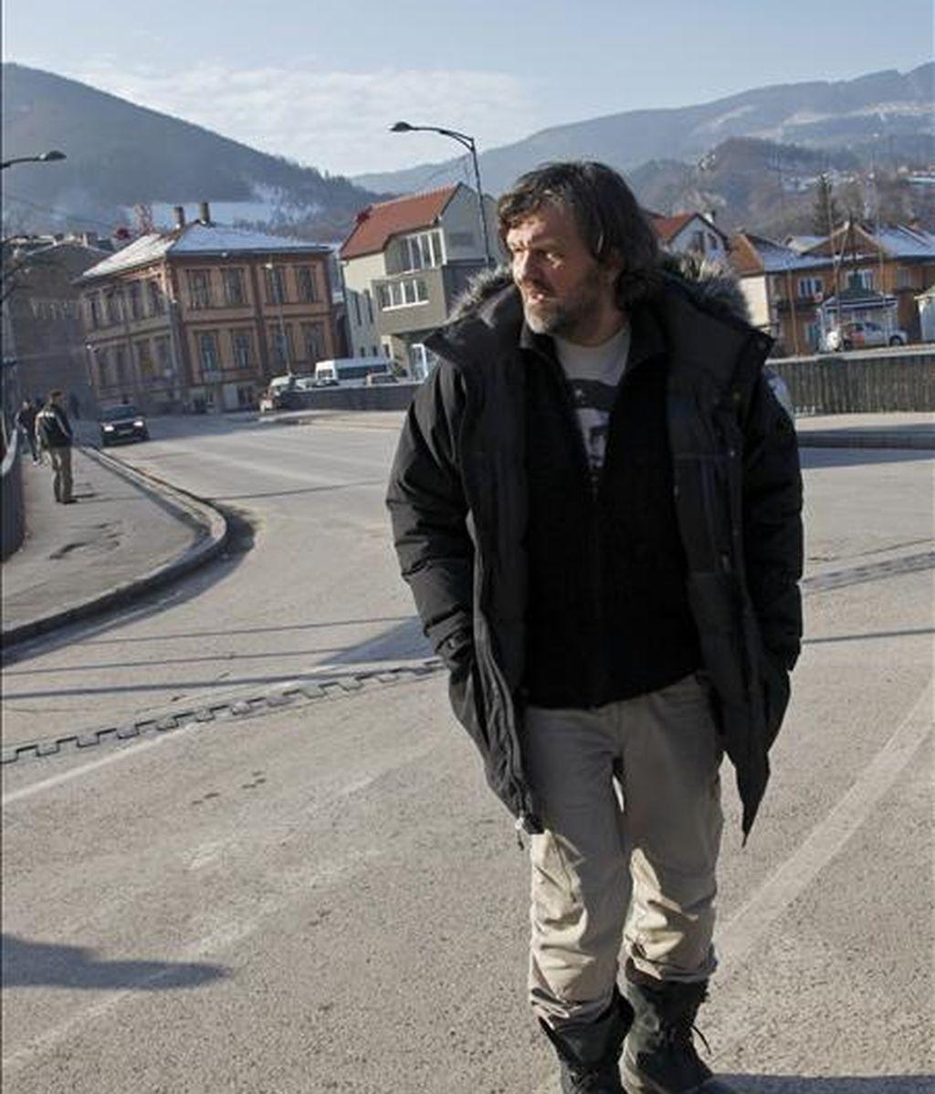 """El director de cine bosnio Emir Kusturica ha anunciado un polémico proyecto basado en un poblado de piedra en Visegrad, donde se desarrolla la novela """"El puente sobre el Drina"""" de Ivo Andric, quien recibió el premio Nobel de Literatura en 1961. En la imagen, Emir Kusturica durante su visita a Visegrad. EFE"""