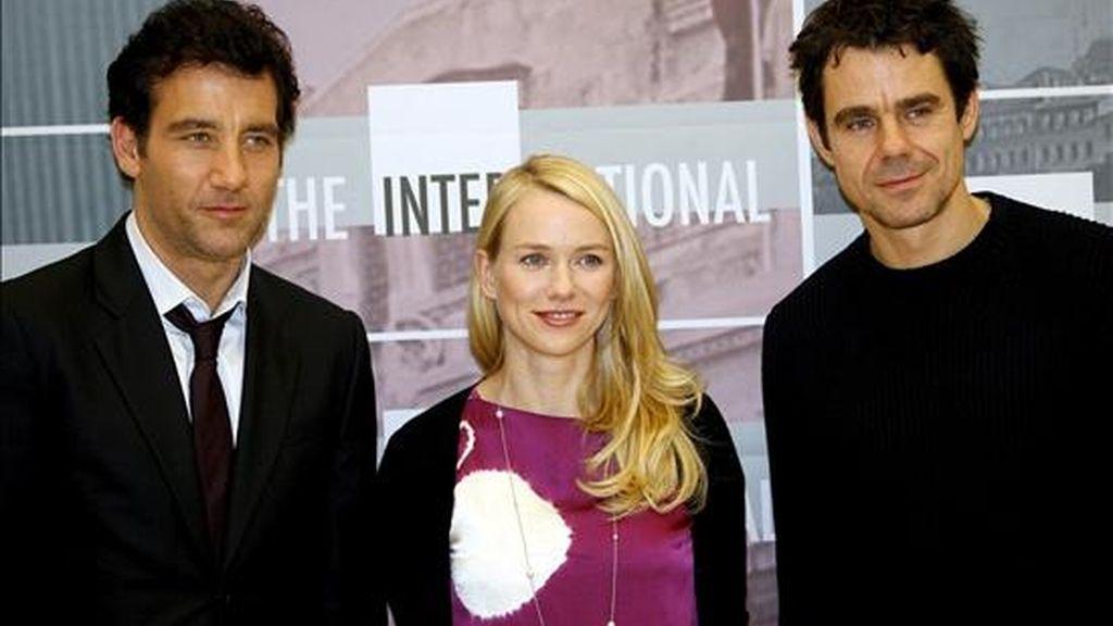 Los actores británicos Naomi Watts y Clive Owen (izda) durante la presentación de la película 'The international' del director alemán Tom Tykwer (dcha), en Milán (Italia). EFE/Archivo