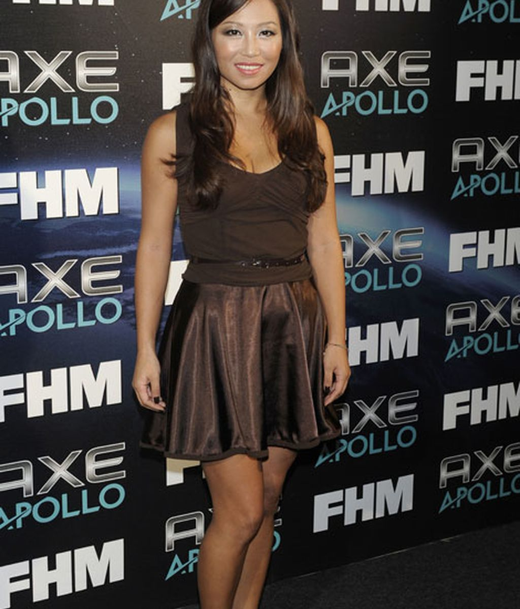 La presentadora Usun Yoon, vestida de marrón
