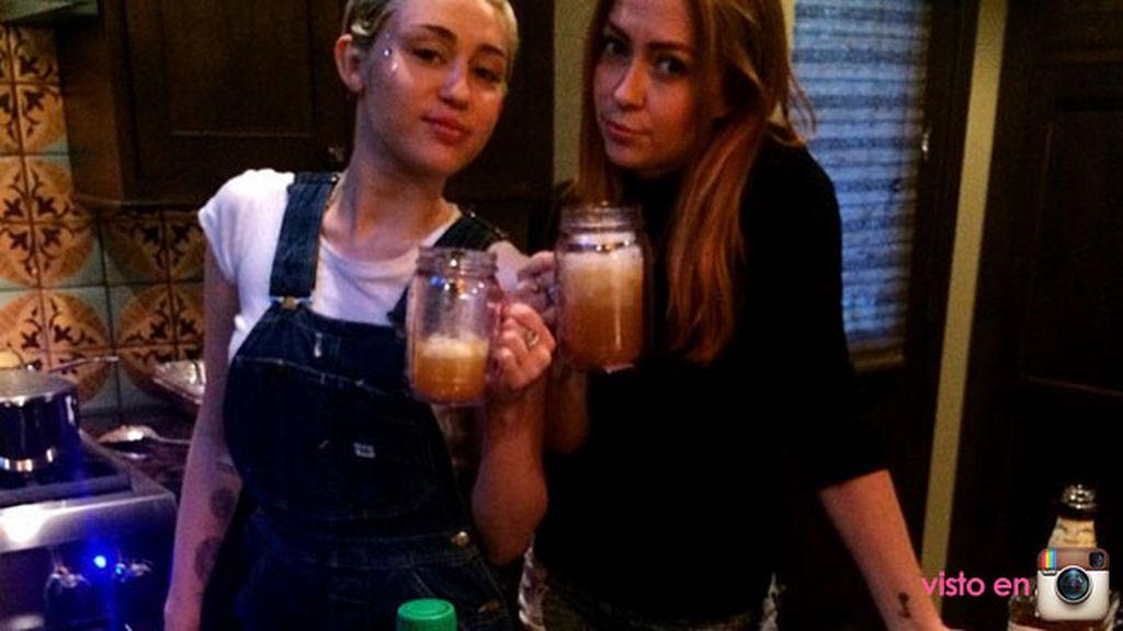 Miley Cyrus y su madre brindan con cócteles de whisky