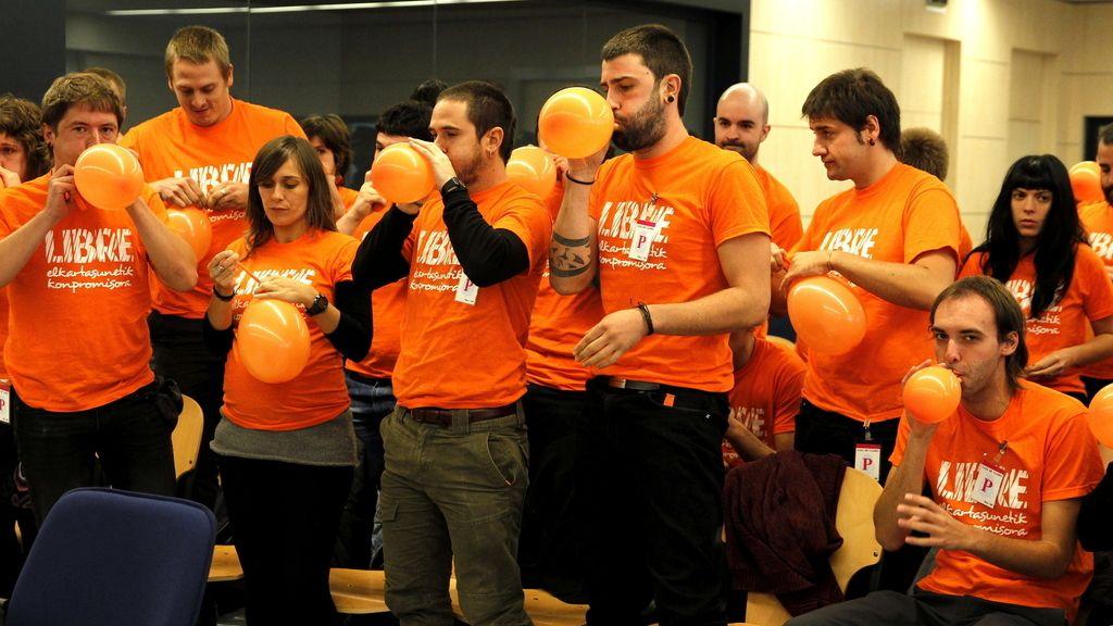 Miembros de segi lanzan globos por la libertad de Luis Goñi