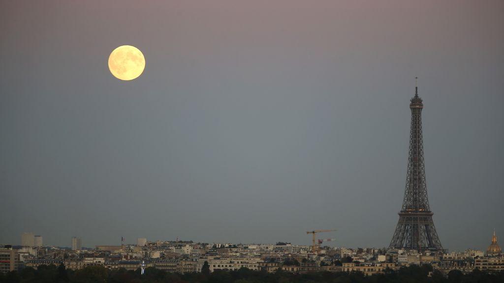 La 'superluna' vista junto a la Torre Eiffel, en París, Francia