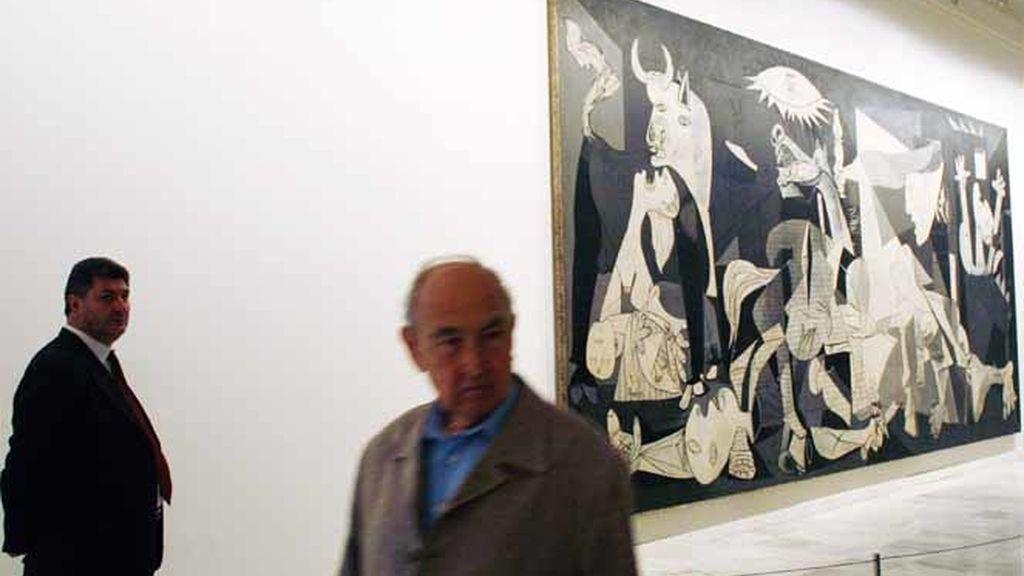 Dos hombres junto a una obra de Picasso en el Museo de Arte Contemporáneo Reina Sofía.