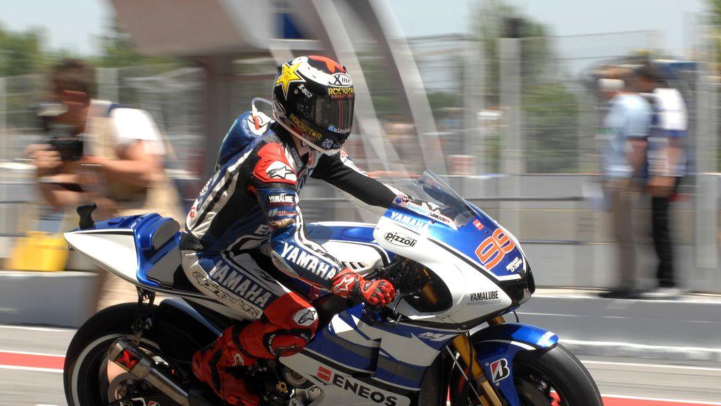 Jorge Lorenzo sale de su box sobre su Yamaha YZR-M1