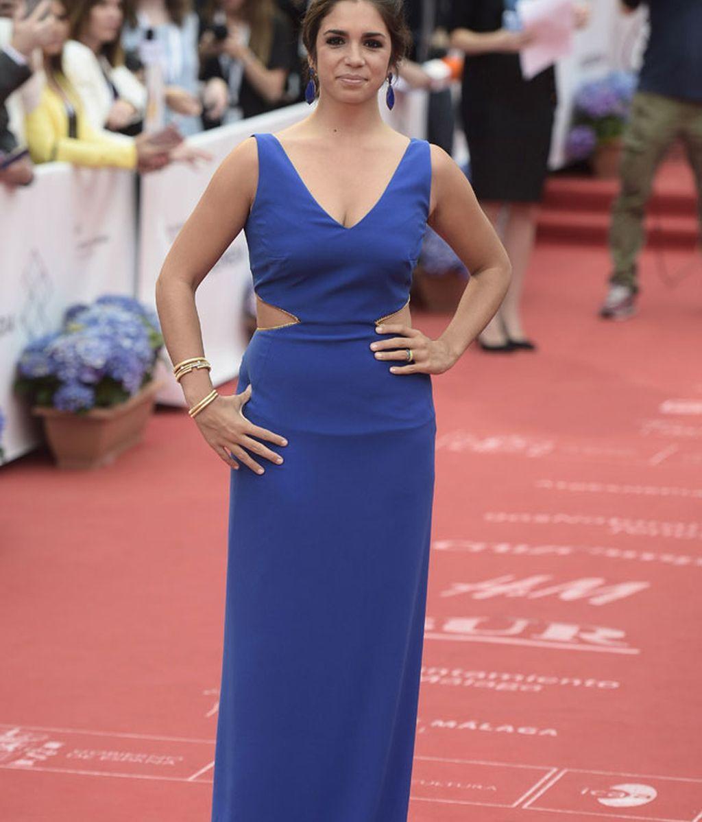 Elena Furiase,con vestido azul con aberturas laterales a lo 'cut out'