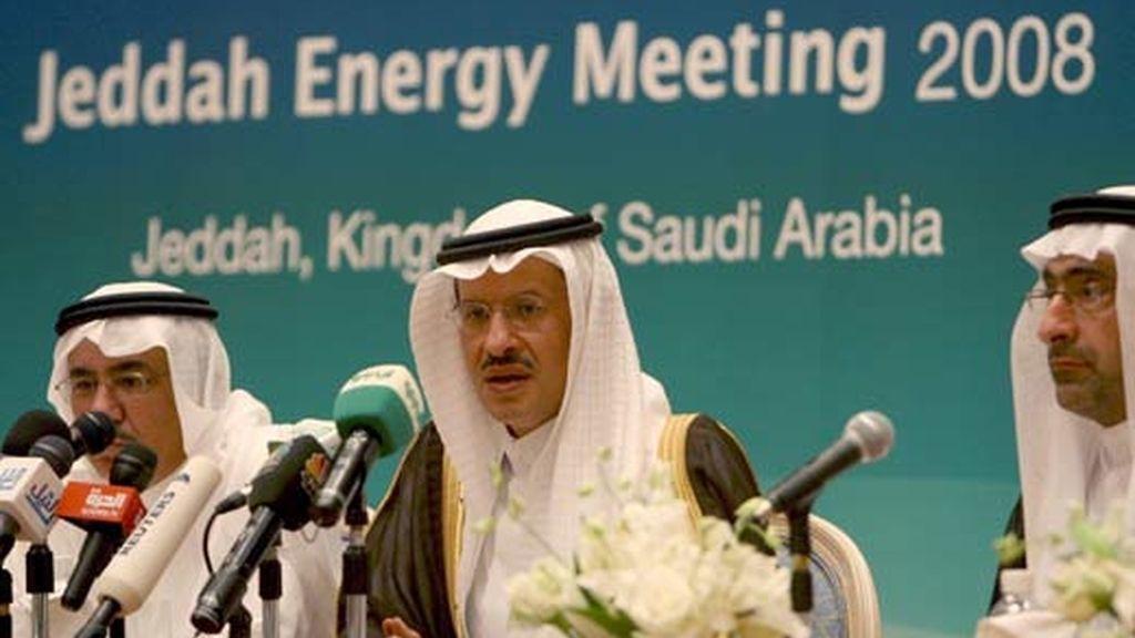 El viceministro saudí de Petróleo y Recursos Minerales y presidente del comité organizador de la Conferencia sobre Energía de Yeda, príncipe Abdulaziz bin Salman, habla en una rueda de prensa en Yeda. Foto: EFE