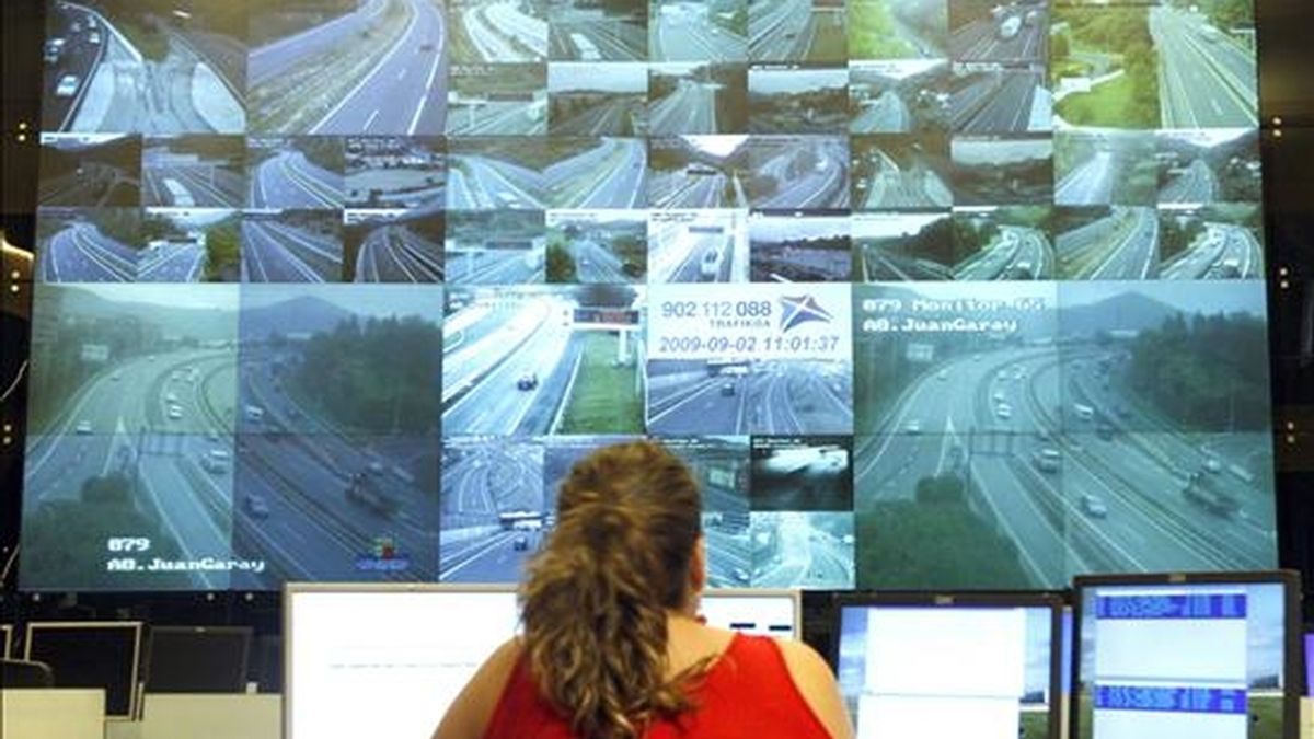 Una operadora controla el tráfico en la Comunidad Autónoma vasca. EFE/Archivo