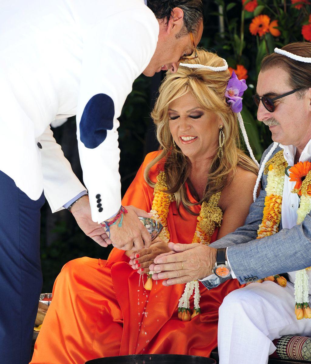 Lydia Lozano y Charly se casan por el rito balinés