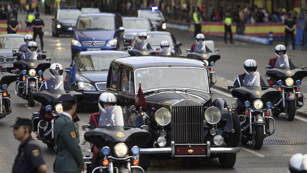Los Reyes, en Rolls Royce, camino del Congreso de los Diputados