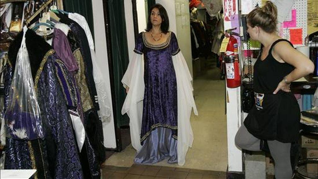 En la imagen, una joven se prueba un disfraz en la tienda de disfraces más grande de Chicago, Illinois (EEUU). EFE/Archivo
