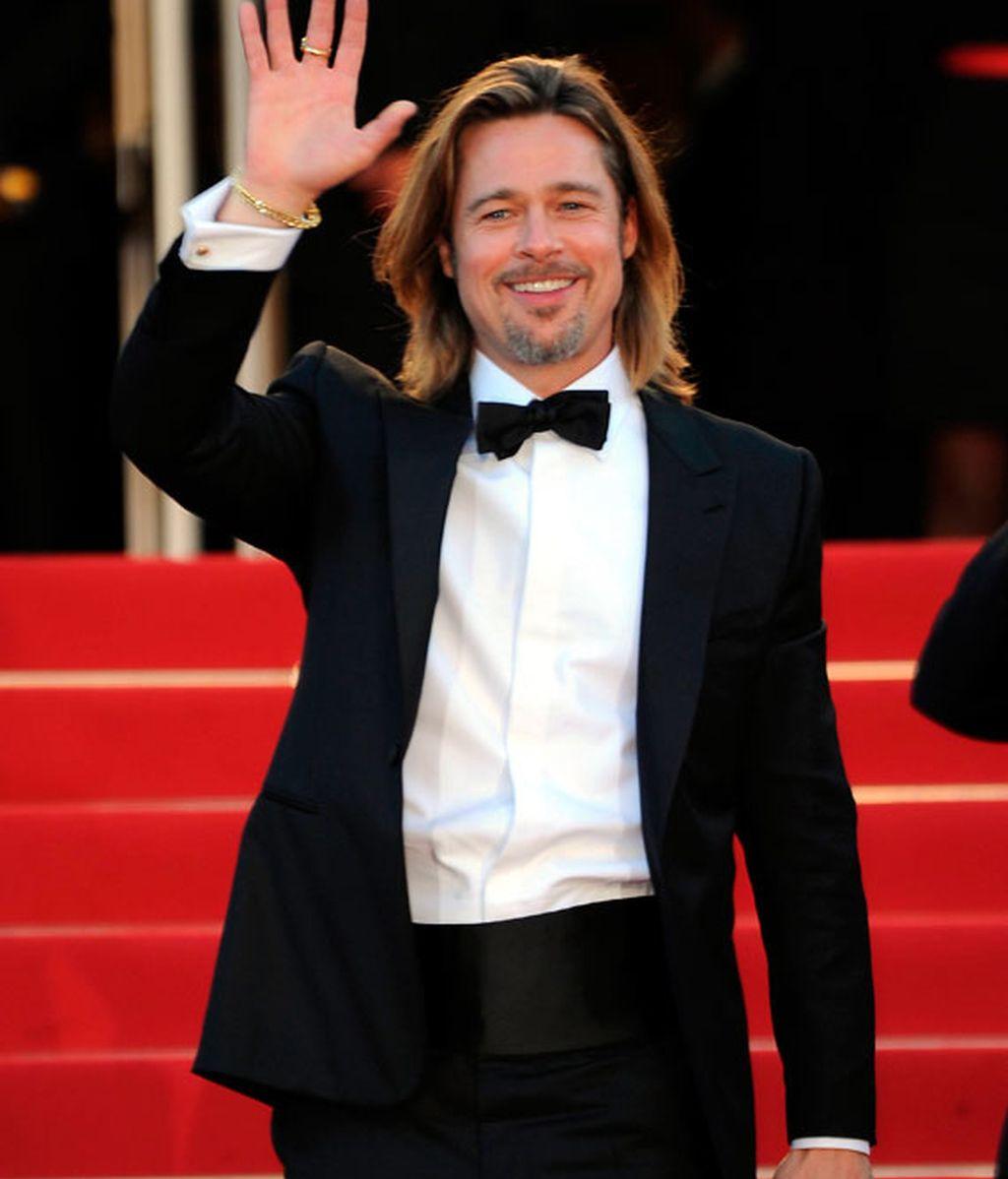 Irina, enseñando cacha, acompaña a Brad Pitt en la premier de su pelicula