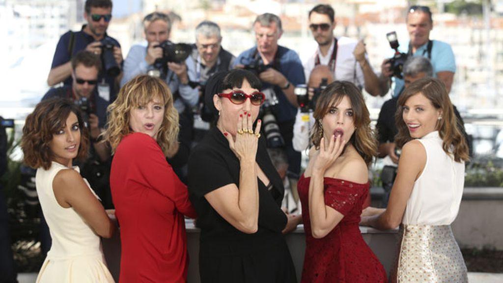 Emma, Adriana, Rossy, Michelle e Inma, junto al director en la alfombra
