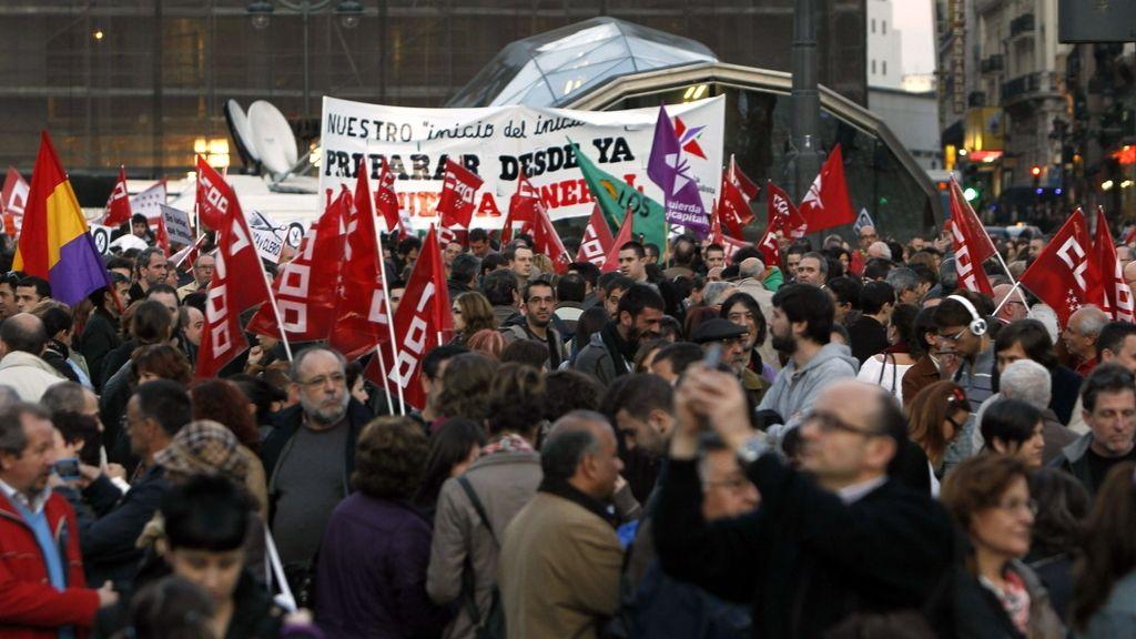 Manifestantes en la puerta del Sol de Madrid se concentran contra la reforma laboral