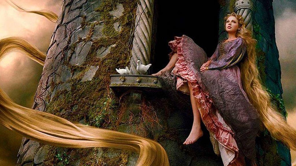 Taylor Swift con una larga melena rubia es Rapunzel