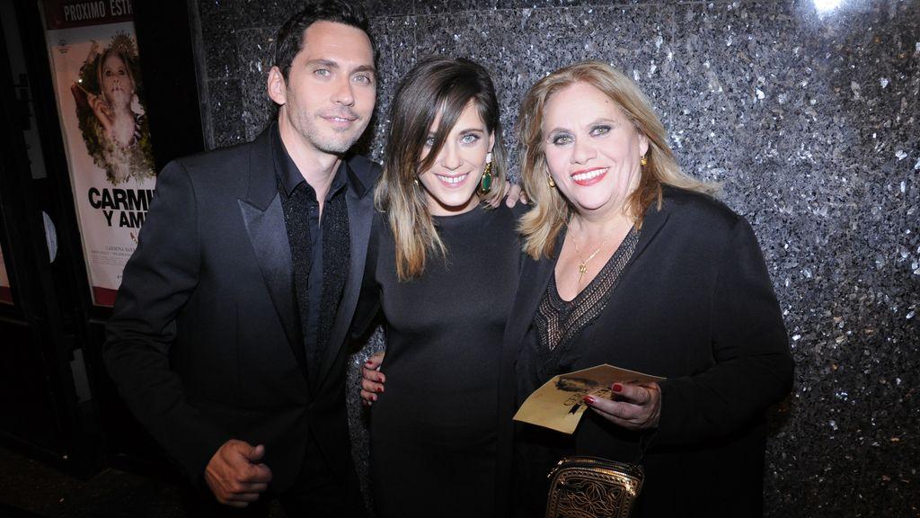 Las estrellas de la noche: Paco y María León junto a su madre Carmina Barrios