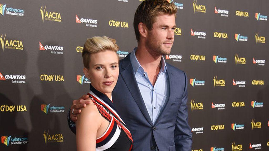 Duelo de estilos: ¿el 'side shave' de Scarlett o el palabra de honor aguamarina de Elsa?