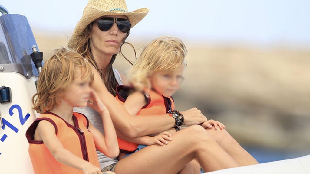 La familia, sin la abuela, disfruta del mar de Ibiza