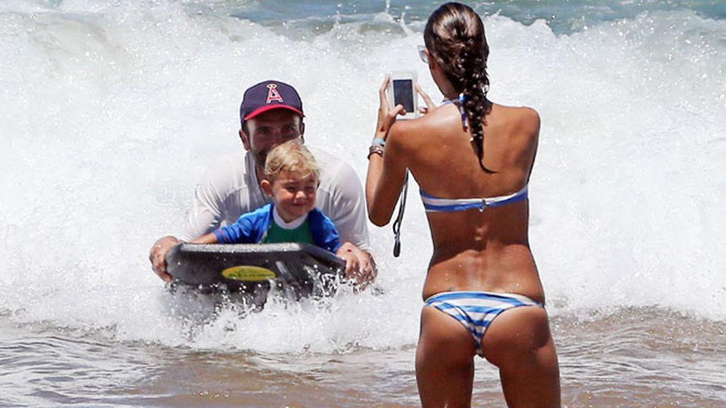 La familia que surfea unida (Alessandra Ambrosio)...