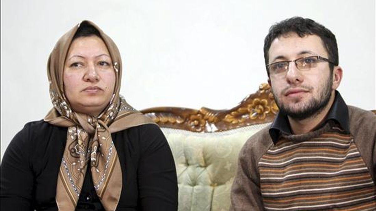 Shakine Mohammadi Ashtianí (i), la mujer iraní de 43 años acusada de adulterio y el asesinato de su marido, ofrece junto a su hijo, Sajjad Ghazerzadeh (d), una entrevista a unos periodistas seleccionados de medios internacionales en un edificio del Gobierno en la ciudad de Tabriz, en el oeste de Irán,la ciudad iraní de Tabriz. EFE