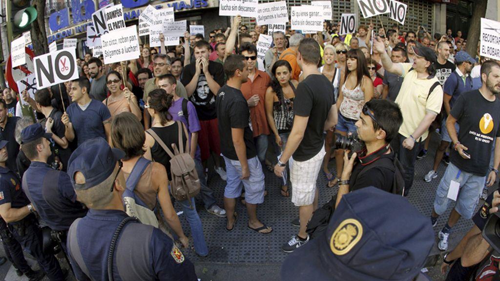 Centenares de personas se concentra frente a la sede nacional del PP en protesta por las recortes del Gobierno