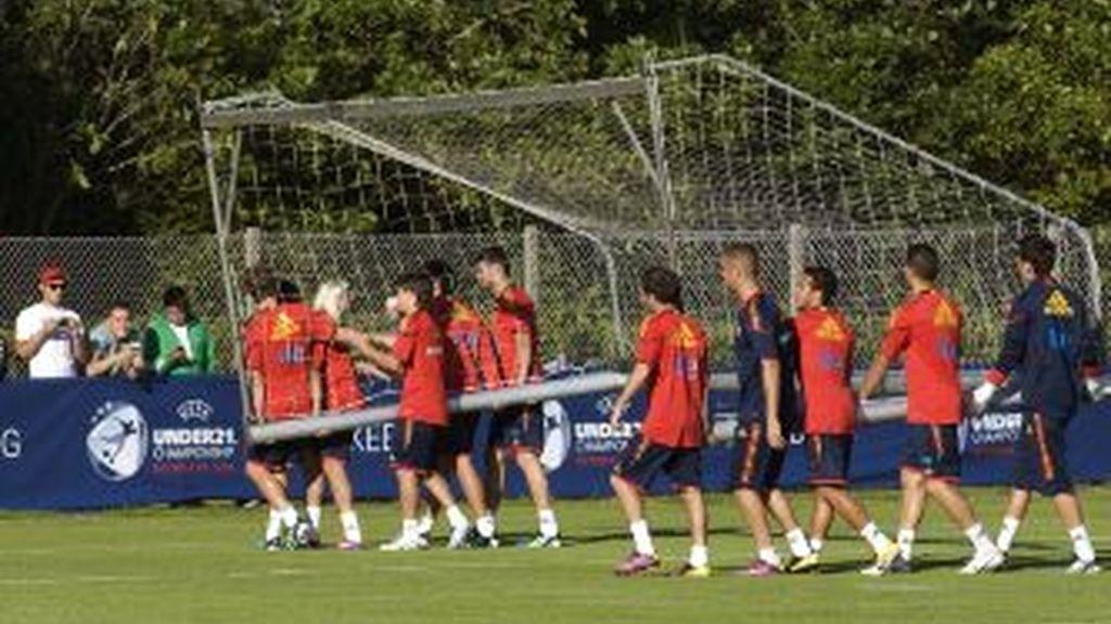 Varios jugadores de la selección española sub 21 durante el entrenamiento a puerta abierta que han realizado hoy en la localidad danesa de Silkeborg. EFE