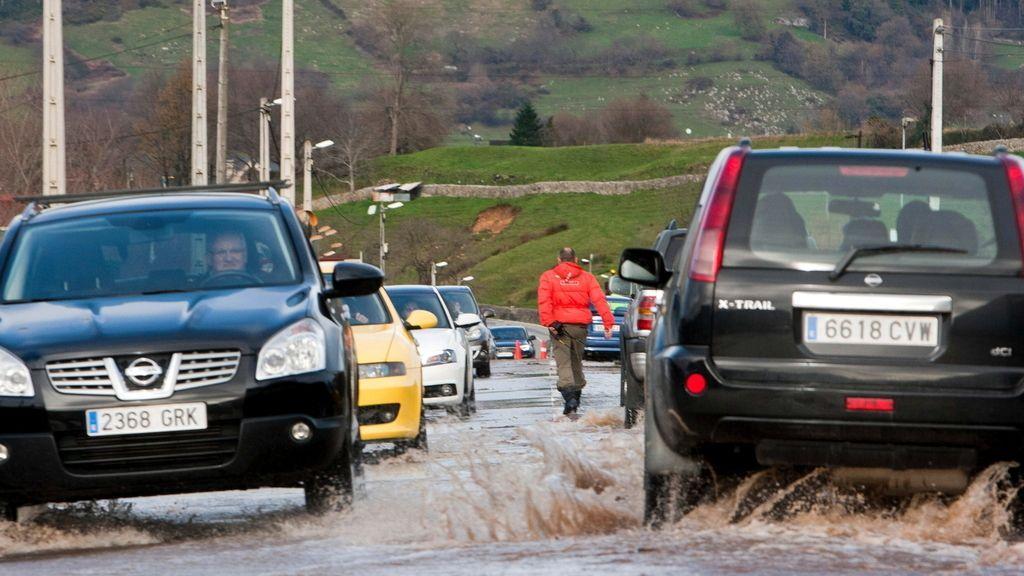 Las carreteras cántabras anegadas por el temporal de lluvia y viento