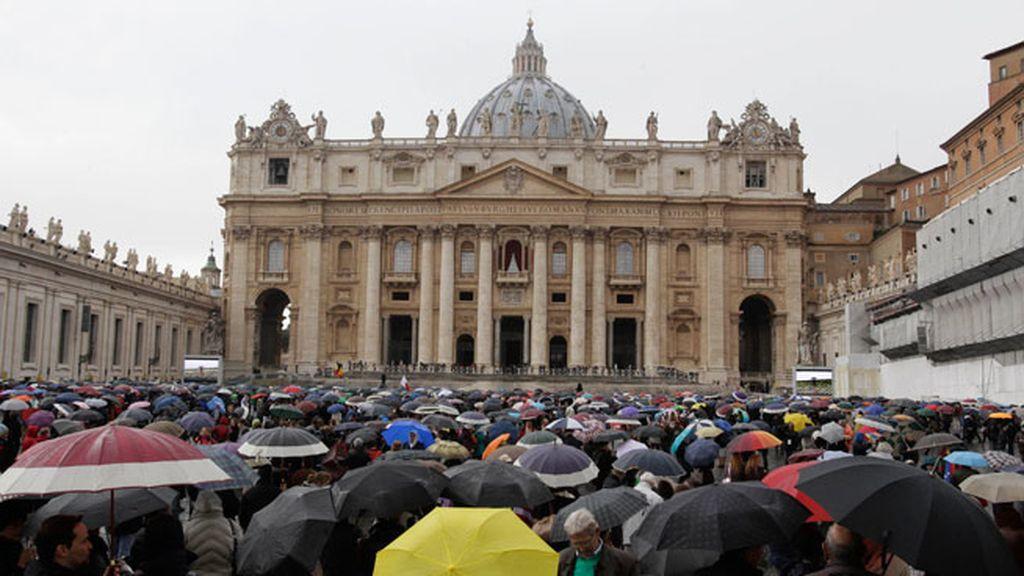 Expectación bajo la lluvia en el Vaticano