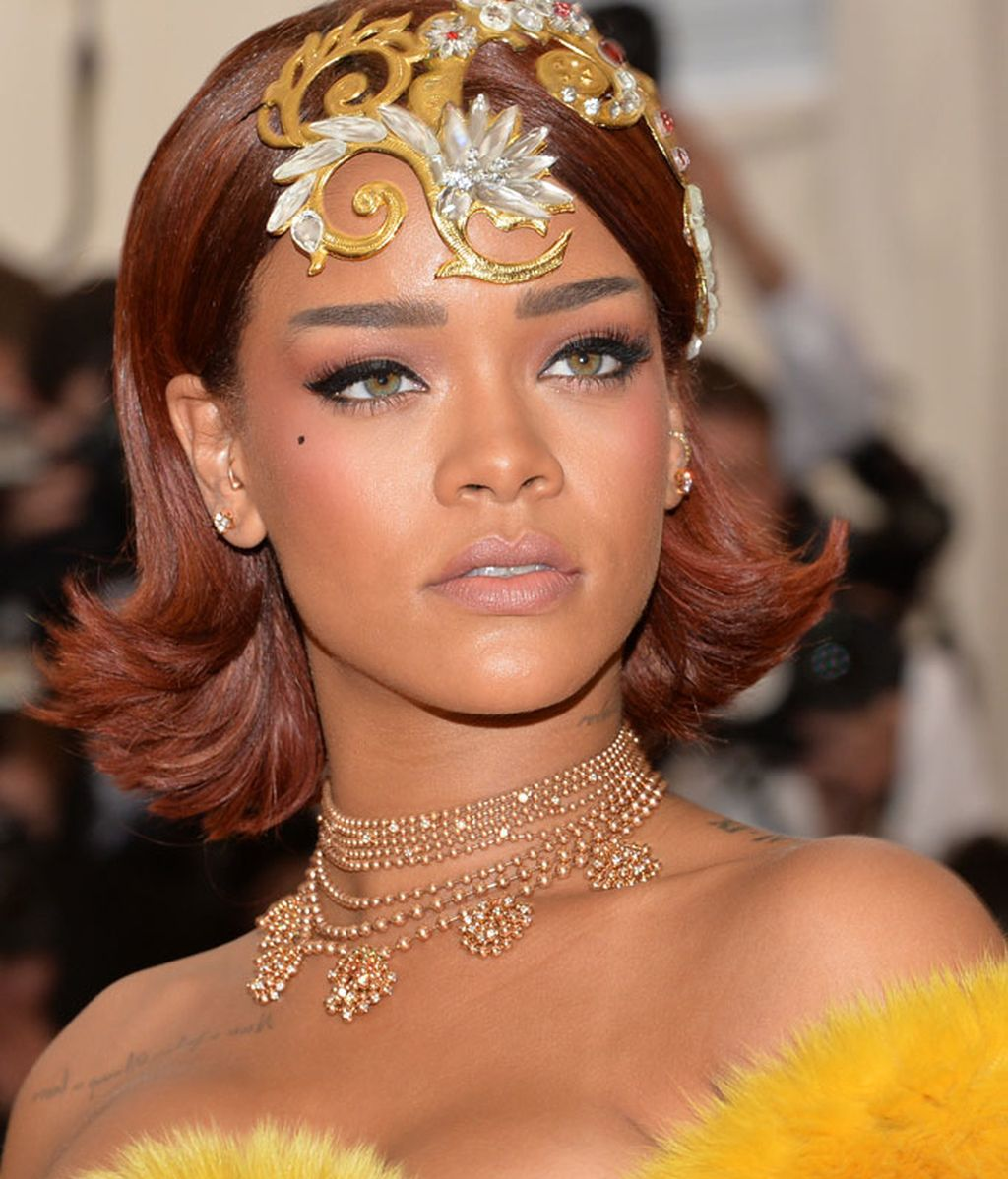 Detalle del tocado y maquillaje de Rihanna