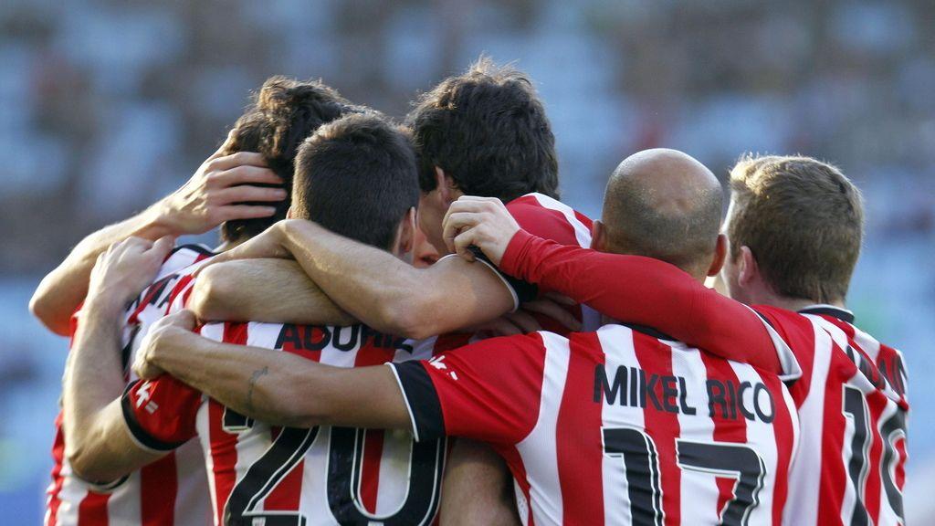 El delantero del Athletic Aritz Aduriz (2i), celebra el tercer gol de su equipo al Celta