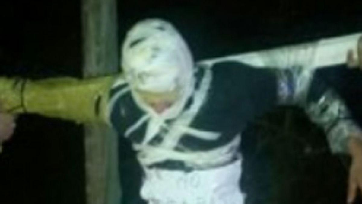 Encuentran a un hombre crucificado en México