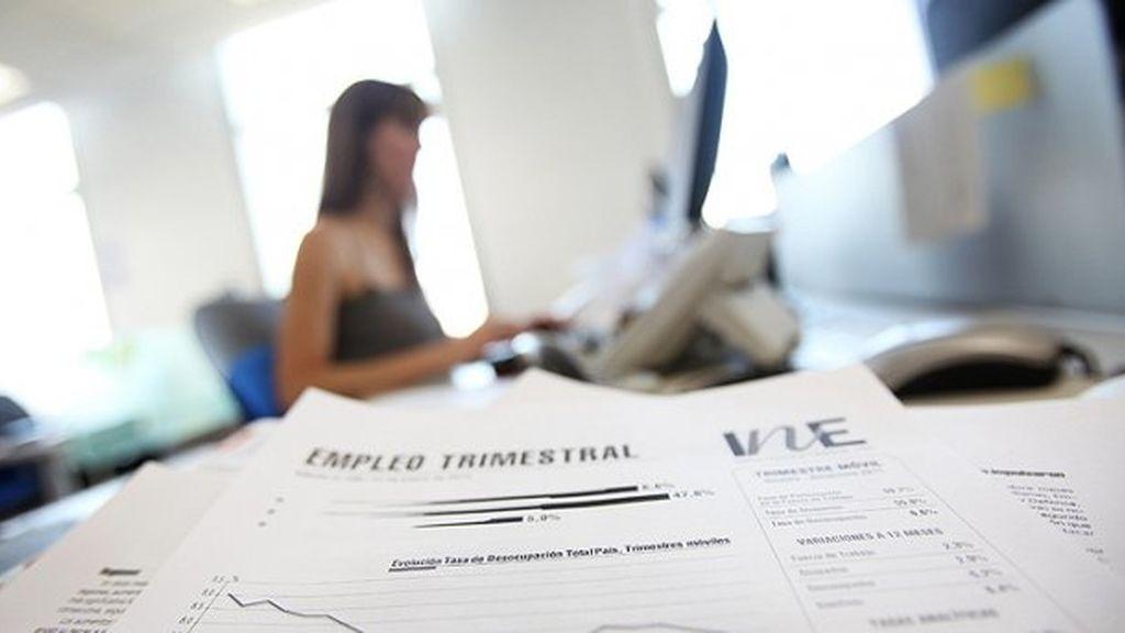 Una mujer trabajando en la oficina