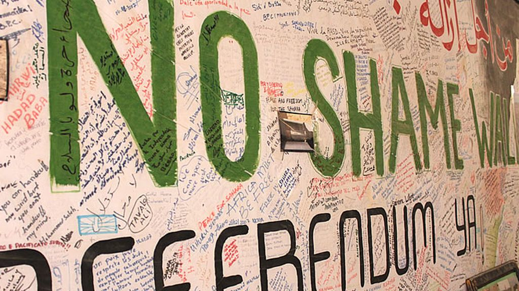 Cartel gigante que exige que se derrumbe el muro de alambre más grande del mundo