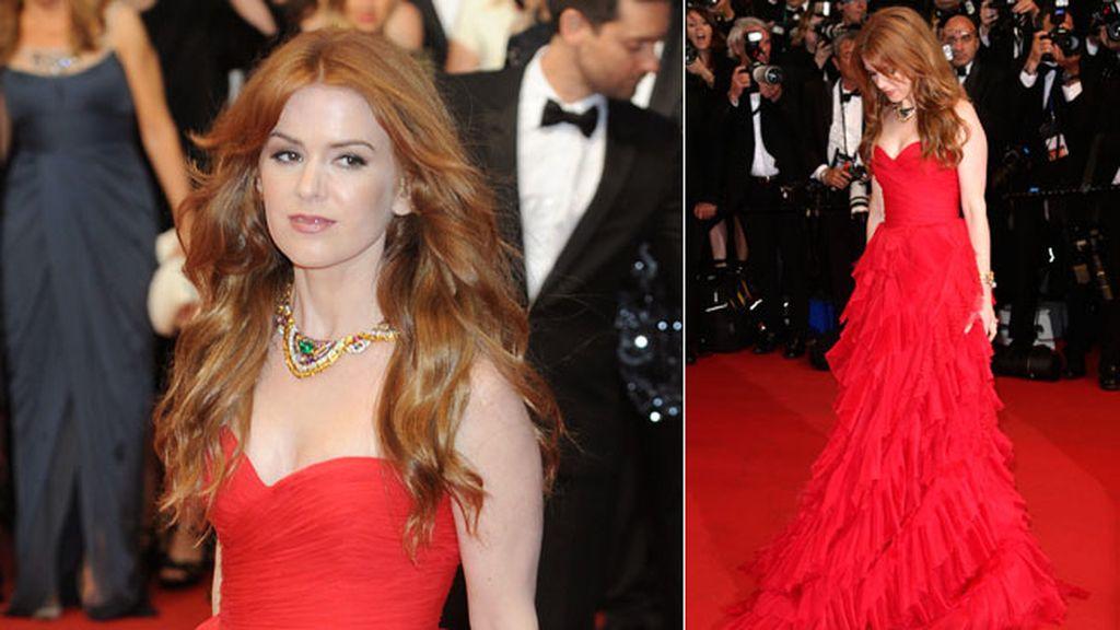 Isla Fisher se decantó por el rojo para pasear por la alfombra