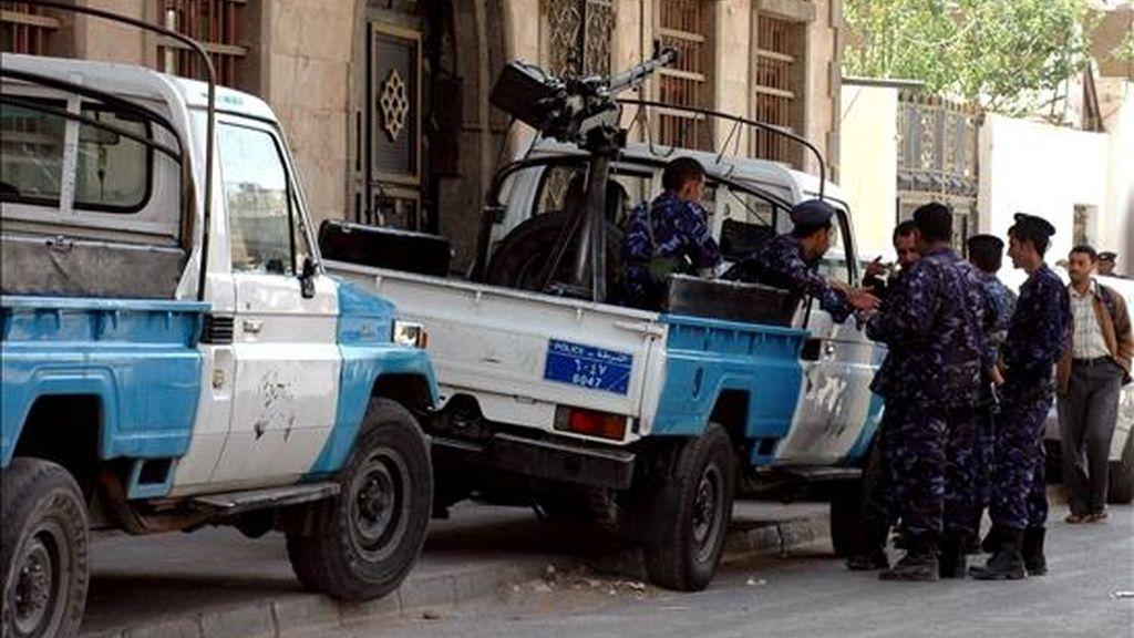 Una patrulla monta guardia en una calle de Saná (Yemen), hoy. Siete ciudadanos alemanes, un británico y una coreana han sido secuestrados en la provincia yemení de Saada, en el noroeste de Yemen. EFE