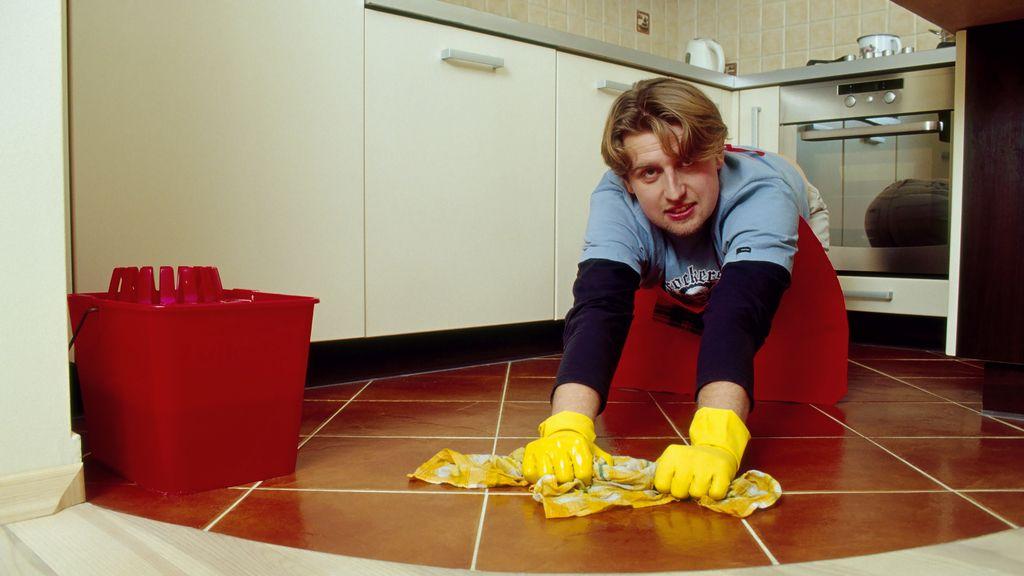 Un empleado del hogar haciendo sus labores