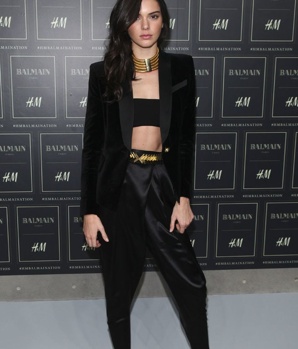 Kendall: raso, terciopelo y top negro frente a los complementos dorados