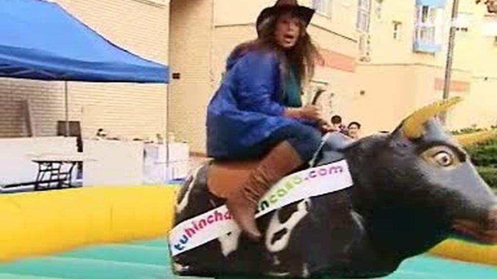 ¡Cómo se manejan Nuria y Pepe en el toro mecánico!