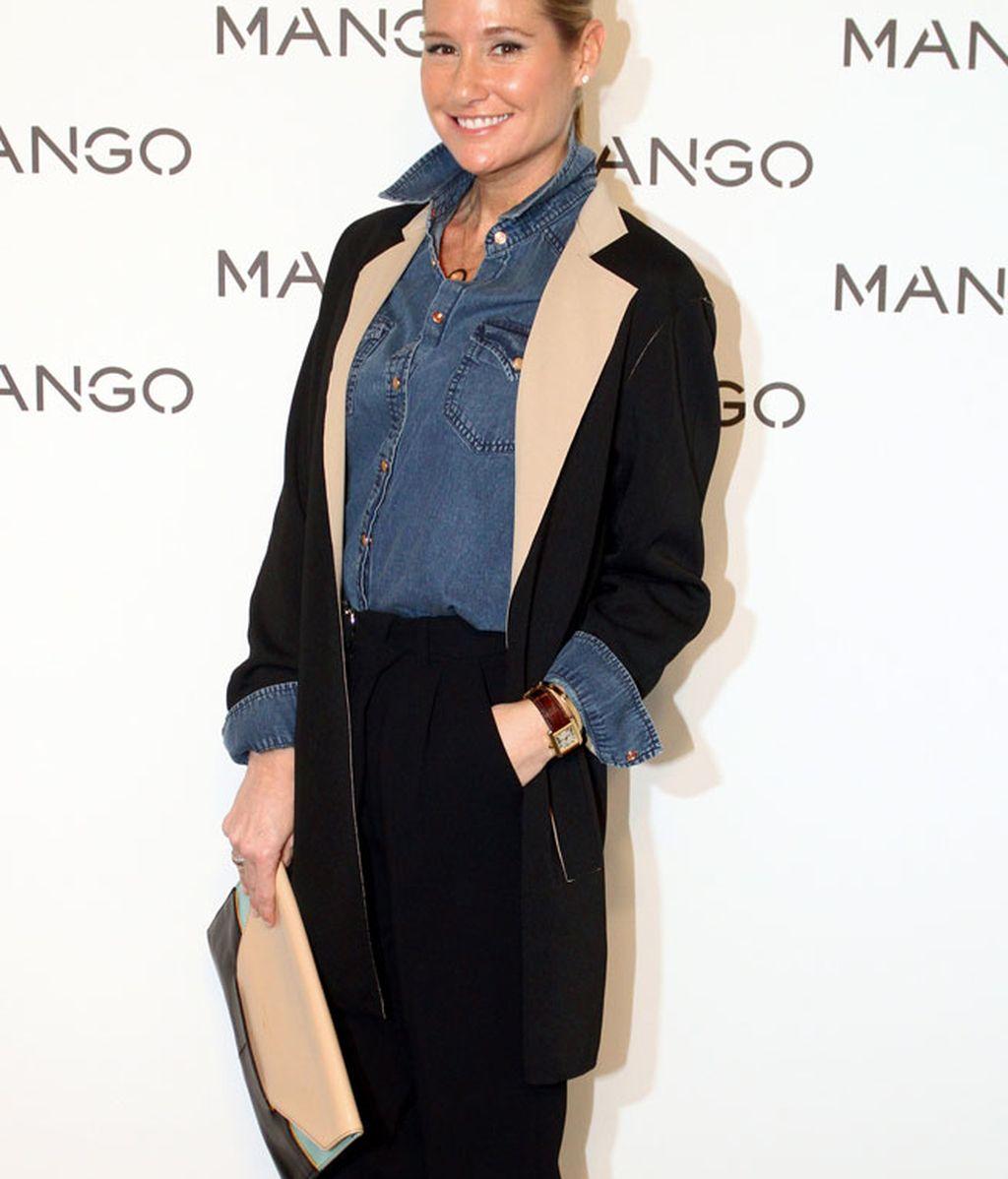 Fiona Ferrer, con pantalón negro y camisa vaquera en el 'front row'