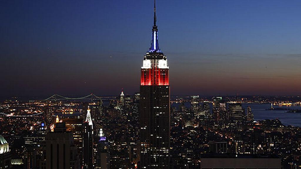 Vista nocturna de la ciudad, con el imponente Empire State Building presidiendo la postal