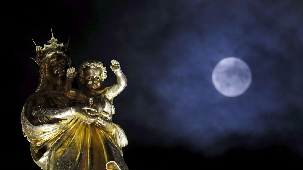 La 'superluna' vista junto a la Basílica de Notre-Dame, Francia