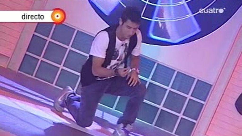 Hugo baila en Fama como apoyo de los bailarines