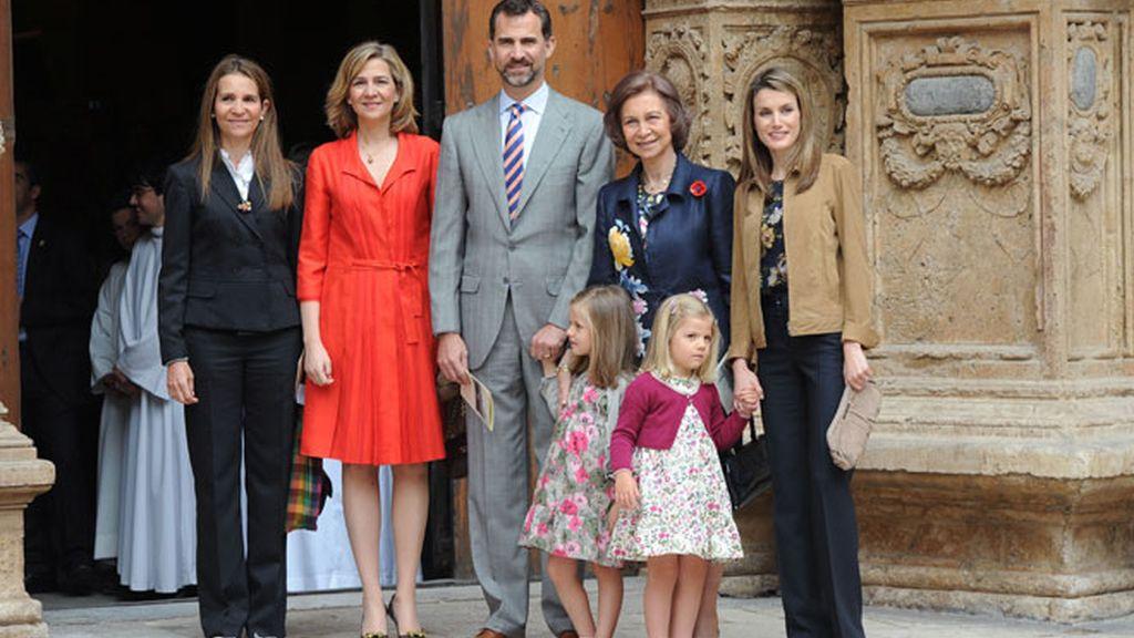 El Príncipe acude rodeado de las mujeres reales a la misa de Pascua
