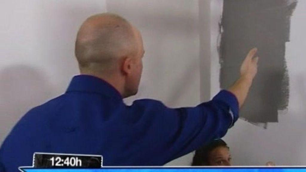 Acción: La cómoda es muy grande, la pared está mal pintada
